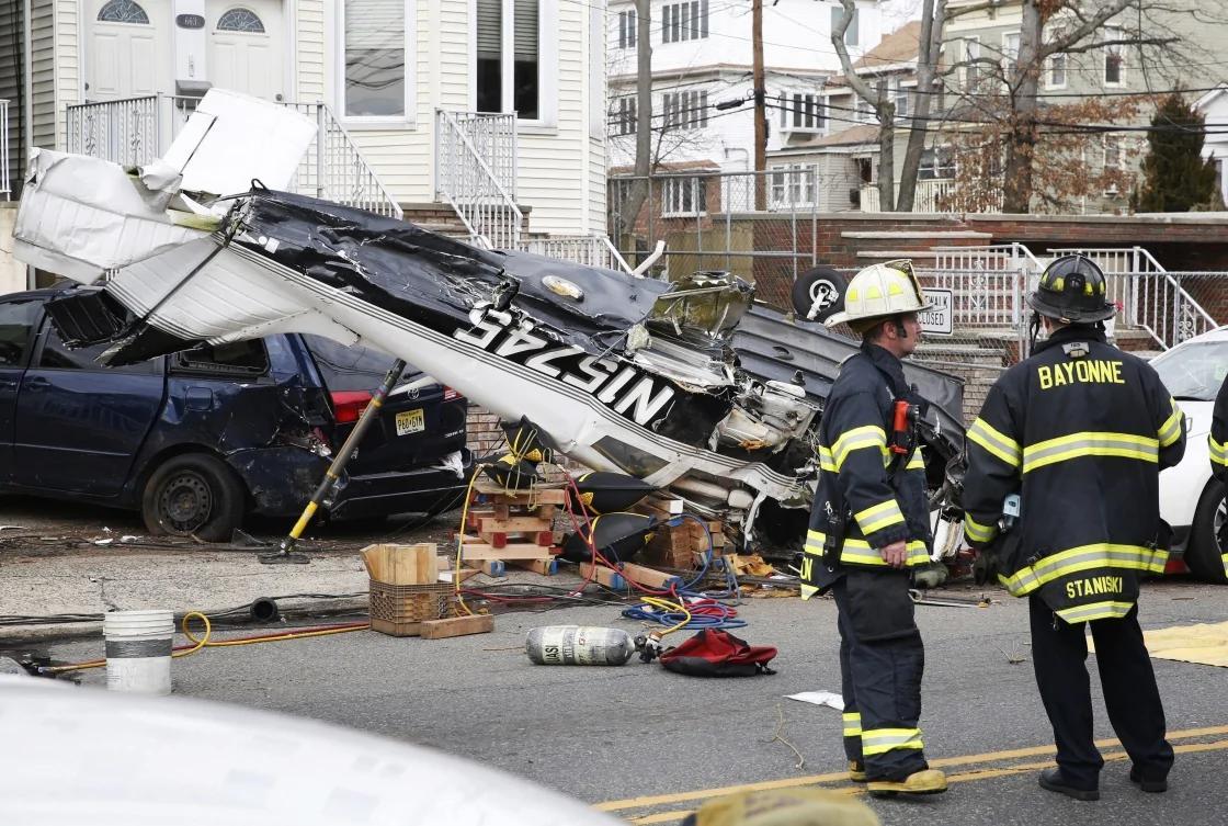 美国新泽西州一架飞机掉落在了大街上
