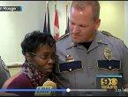 为保护警察 美国女子冒险扑到凶手背上(图)