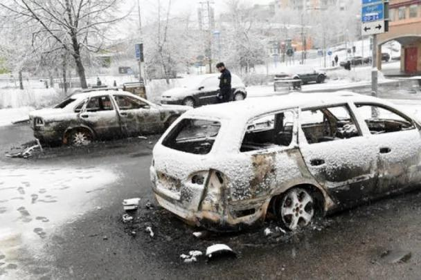 特朗普神预言?瑞典首都移民区爆暴乱