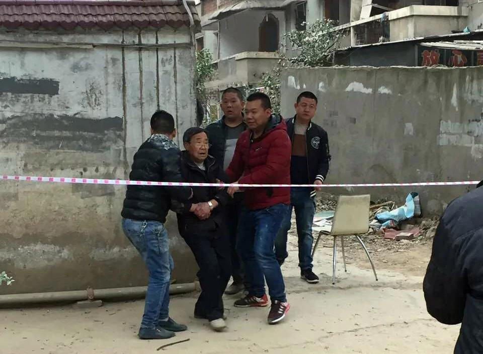 武汉连续强拆数百户民居 户主拖出屋财物埋于废墟
