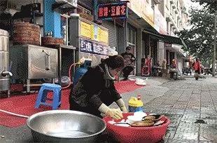 美女留学归来为何街头洗碗?