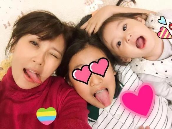 贾静雯搂两个女儿自拍 母女三人表情高怪萌翻了