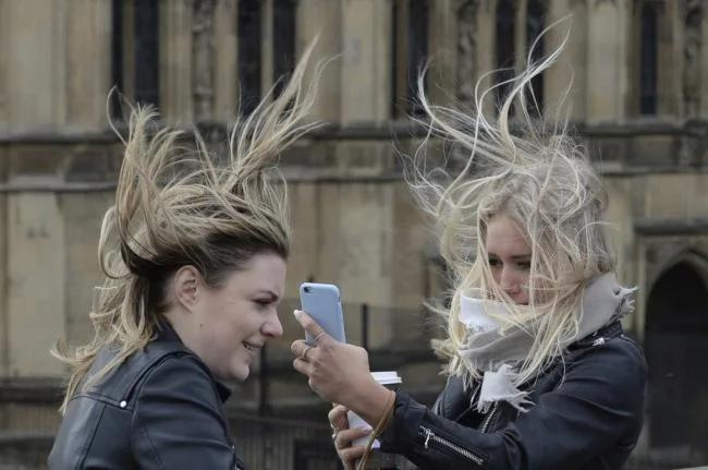 英国时速151公里强风 一名男士被吹离地面