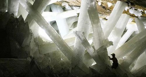 外媒:NASA在巨型洞穴水晶里发现奇怪生命!