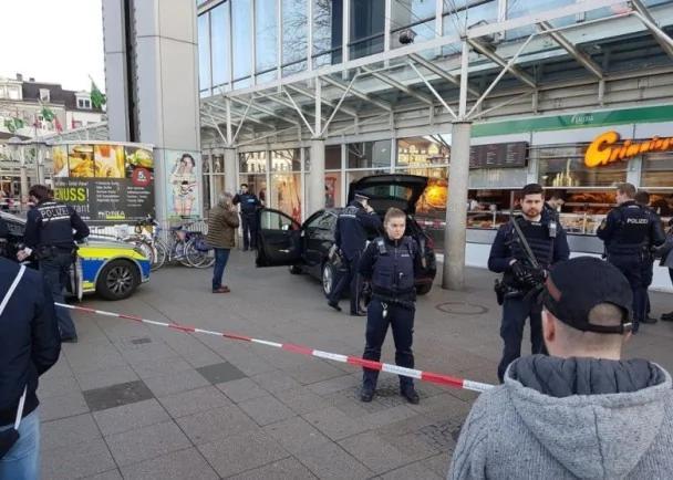德国汽车狂撞伤3路人 袭击者逃走中枪送院(图)