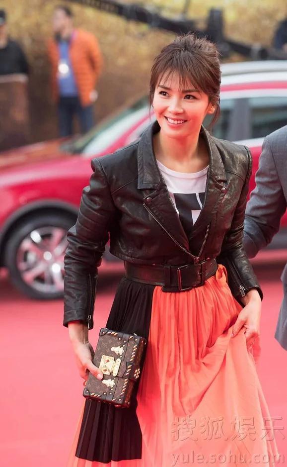 刘涛洒脱率性亮相上海 甜美灿笑女人味十足