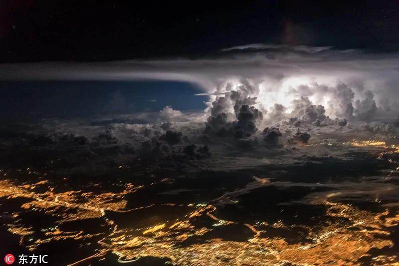 飞行员抓拍雷电击破积雨云 似核爆现场