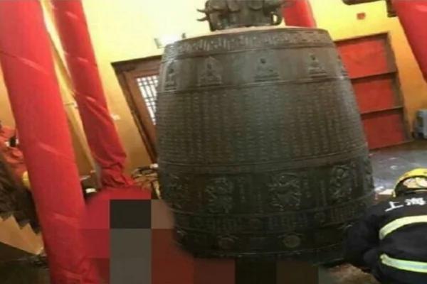 上海静安寺大钟突坠落罩 1女脚被砸断