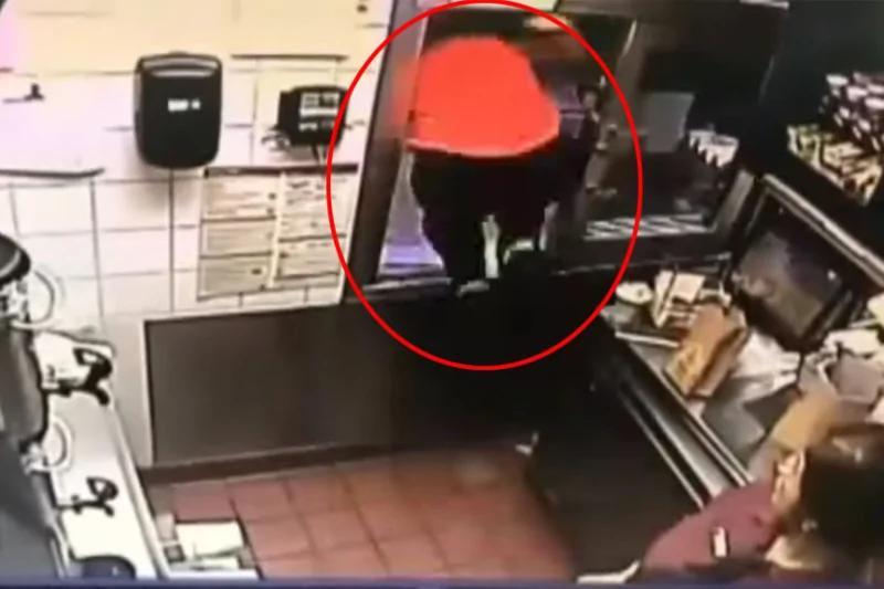 麦当劳小哥突然跳窗吓到同事 看到他救下性命的女警察 众人恍然