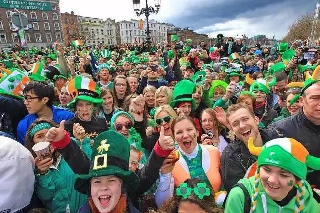 每年这一天 美国人就集体戴上了绿帽