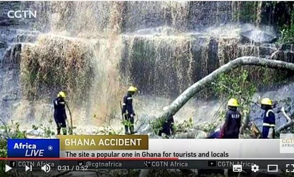 加纳警方周一(20日)证实说,金坦波的一个瀑布景点因暴风雨发生大树倒塌事故,导致至少18人死亡。(视频截图)