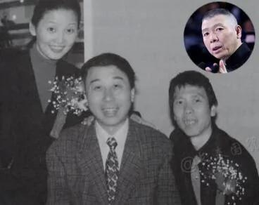 冯小刚徐帆夫妻与冯巩合影