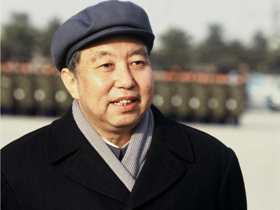 华国锋任副主席加第一为震慑两人