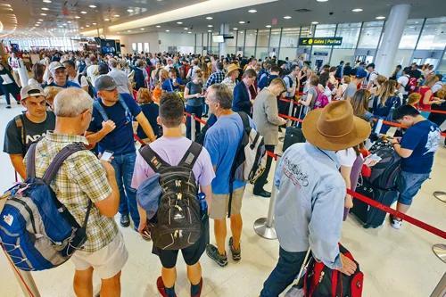 川普反恐电子禁令生效 飞美航班中途停加拿大强制检查