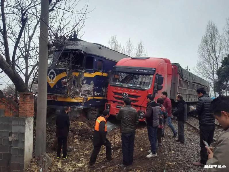 现场图:河南一货车竟把一列火车撞进沟里