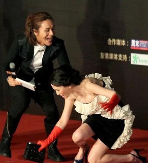 大明星们摔倒骇人的瞬间!钟丽缇、张韶涵等等 也太不小心了吧…!