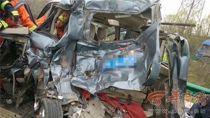 祸从天降 北京大货车逆行撞公交