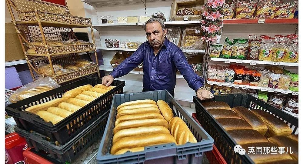 他给老人穷人连发了8年免费面包 却被同一批人骂