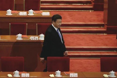 """港媒:口头效忠""""高级黑"""" 派性政治闹不停"""