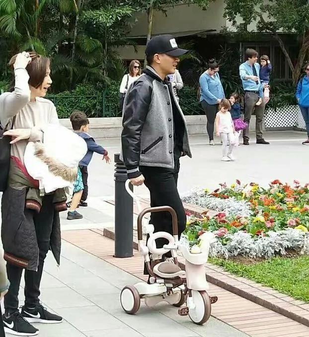 好奶爸刘恺威送完杨幂后带小糯米逛公园