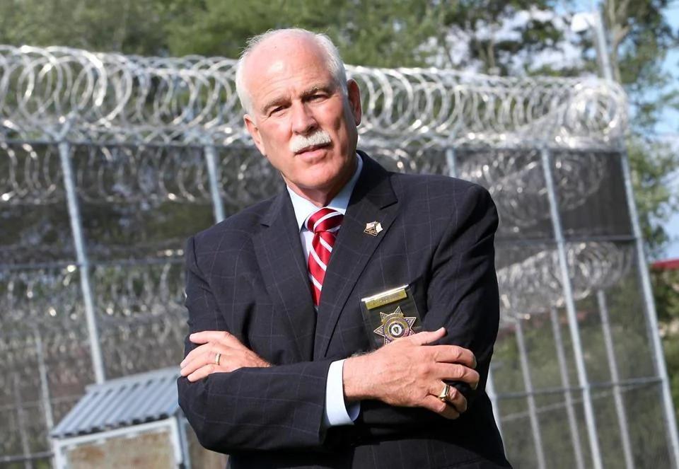"""麻州狱长:逮捕所有""""庇护城""""首长 送犯人南下修墙"""