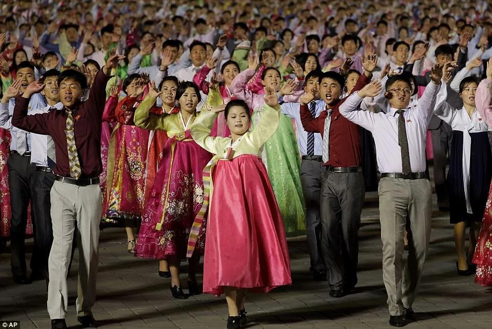朝鲜大阅兵 导弹是模型派对像演戏 外行看热闹 内行笑翻天