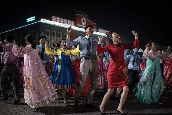 朝鲜太阳节派对 人人笑靥如花 但他们的表情透出诡异