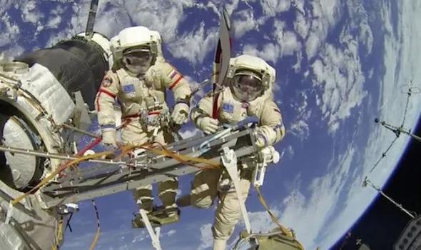 外媒:太空人吓死!太空漫步时UFO飞经过国际太空站!