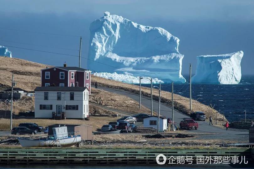 壮观:加拿大小镇附近突然飘来46米高冰山
