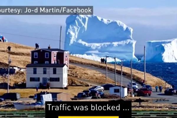 """巨型冰山造访加拿大小镇民众争相""""看山"""""""