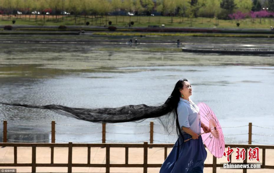 山东一女子留3米长发 29年来从未剪过