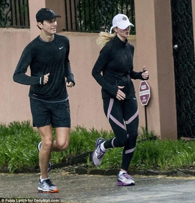 伊万卡穿紧身衣冒雨晨跑 女特工跟跑