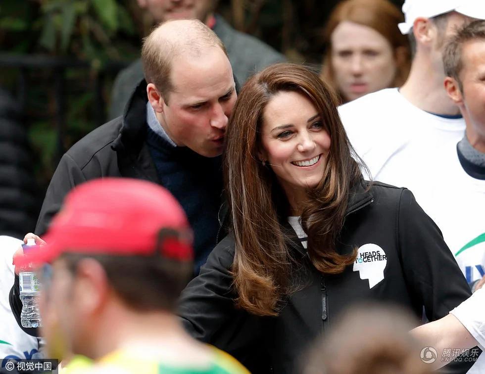 威廉王子紧挨凯特王妃头闻发香 顽皮似小孩