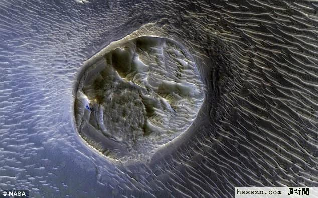 """外媒:火星城市? NASA发布怪异陨石坑里""""蜂巢状""""迷宫的惊人影像"""