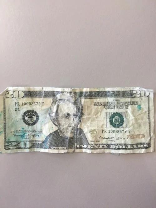 西雅图女子在美国银行取款 竟取到了假钞