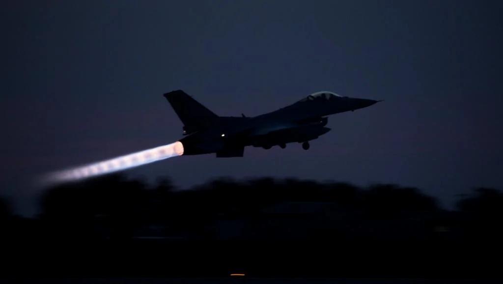韩国F-16战机近来时时在夜空紧急起飞