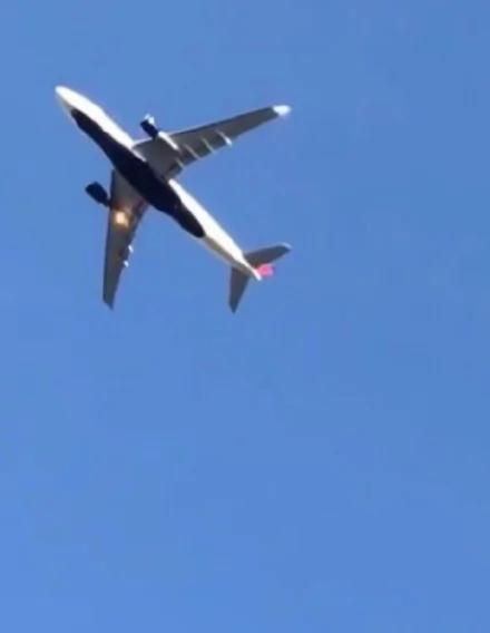 北京首都机场一架飞机在空中起火
