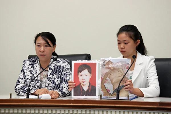 2017年4月,徐鑫洋(右)在美国国会瑞本大楼展示父亲徐大为被迫害前后的对比照片。(石青云/大纪元)