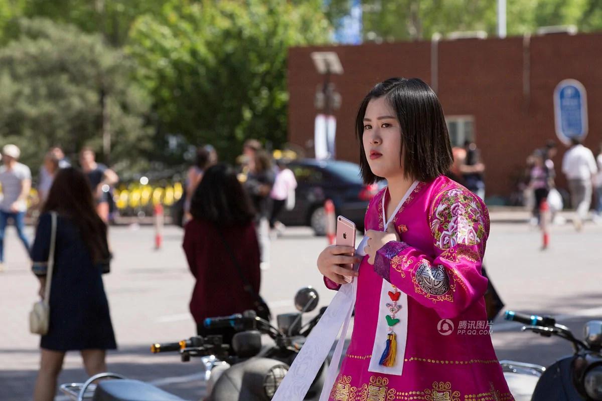 抓拍在華朝鮮留學生:戴像章 用iPhone