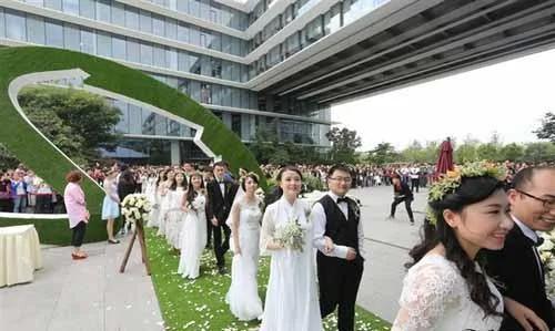 阿里巴巴集體婚禮 馬云為102對員工證婚 證婚詞有點污!