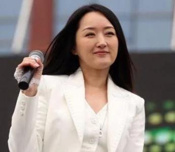 45岁的杨钰莹嫁出去了 姐弟恋老公和王思聪是好友
