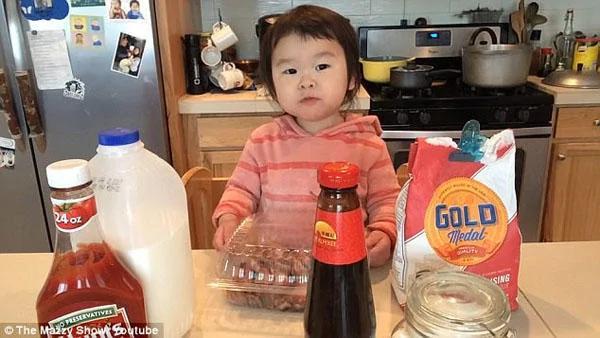 """美国一名2岁""""主厨""""因制作美食成网红"""
