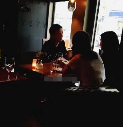 王思聪带两美女高档餐厅吃饭 看样子交谈愉快