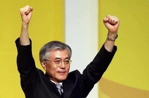 假装在纽约:他的肩上有一整部悲怆的韩国现代史
