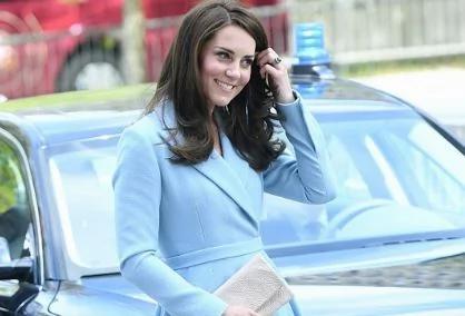 凯特王妃优雅蓝裙现身 半蹲与小绅士聊天 (组图)
