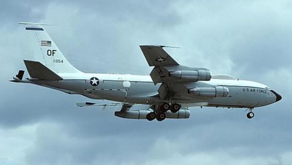 中共军机45米拦截美国核侦察机: 官方说距离适中