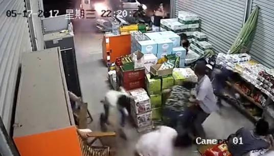 广西数名蒙面男持火药枪进超市扫射
