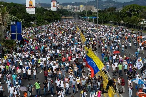 委内瑞拉抗争第50天 20万人街头示威