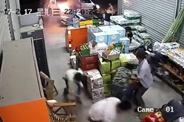 广西数蒙面男乱枪扫射超市 场面恐怖
