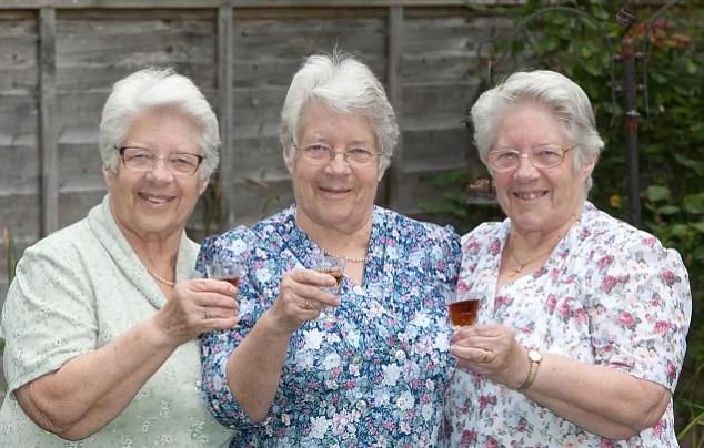 英最長壽三胞胎慶八旬壽辰 出生時收到王室祝賀信